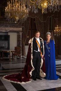 Staatsiefoto met koningsmantel